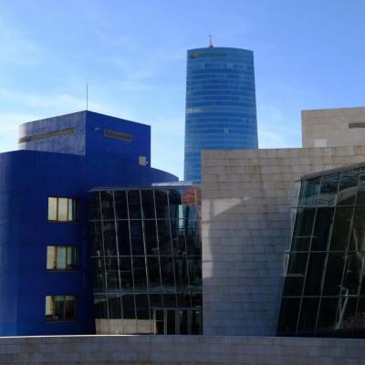 Bleu comme ... ce bâtiment juxtaposant le musée Guggenheim à Bilbao