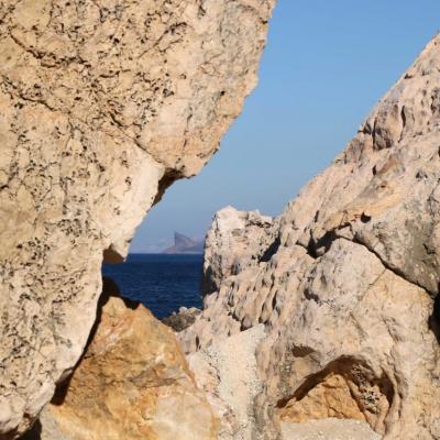 Au loin, la Ciotat entre les deux rochers