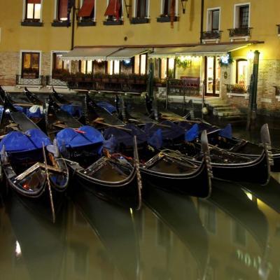 La gondole , véritable symbole de Venise...