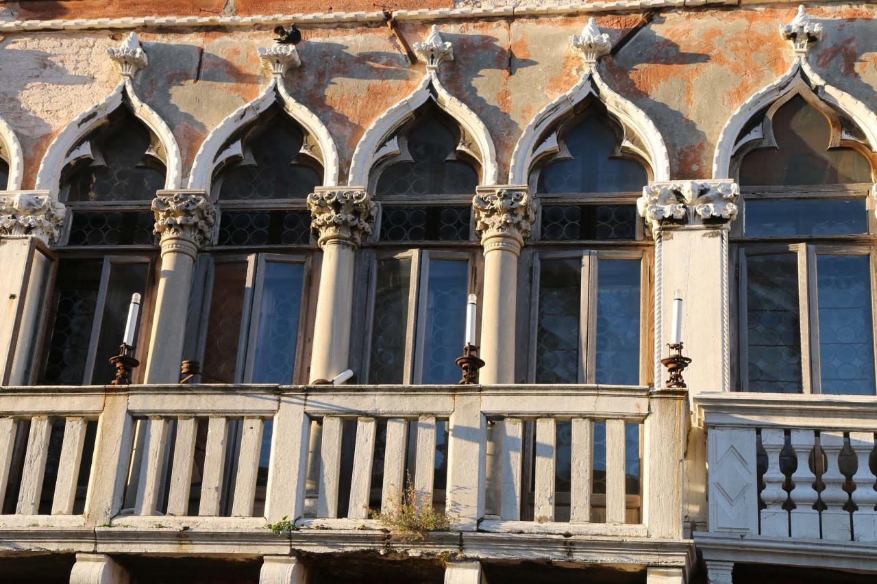 Les fenêtres sont particulièrement travaillées, style Veneto-Byzantin