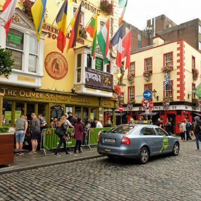 Une pinte de trop ... pas grave, taxis et calèches attendent devant ce pub