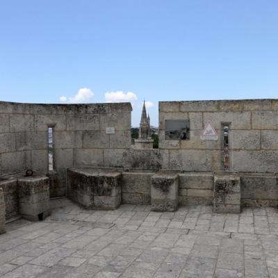 La terrasse sommitale offre une vue sur le vieux port et fort Boyard