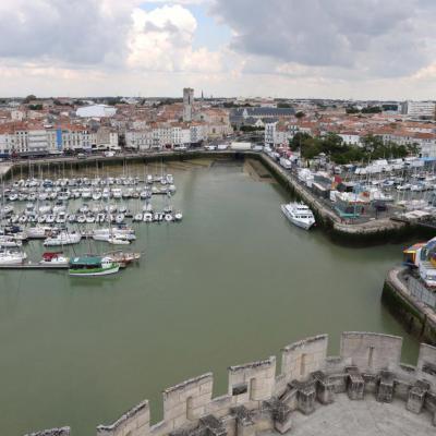 La terrasse sommitale offre une vue sur le vieux port