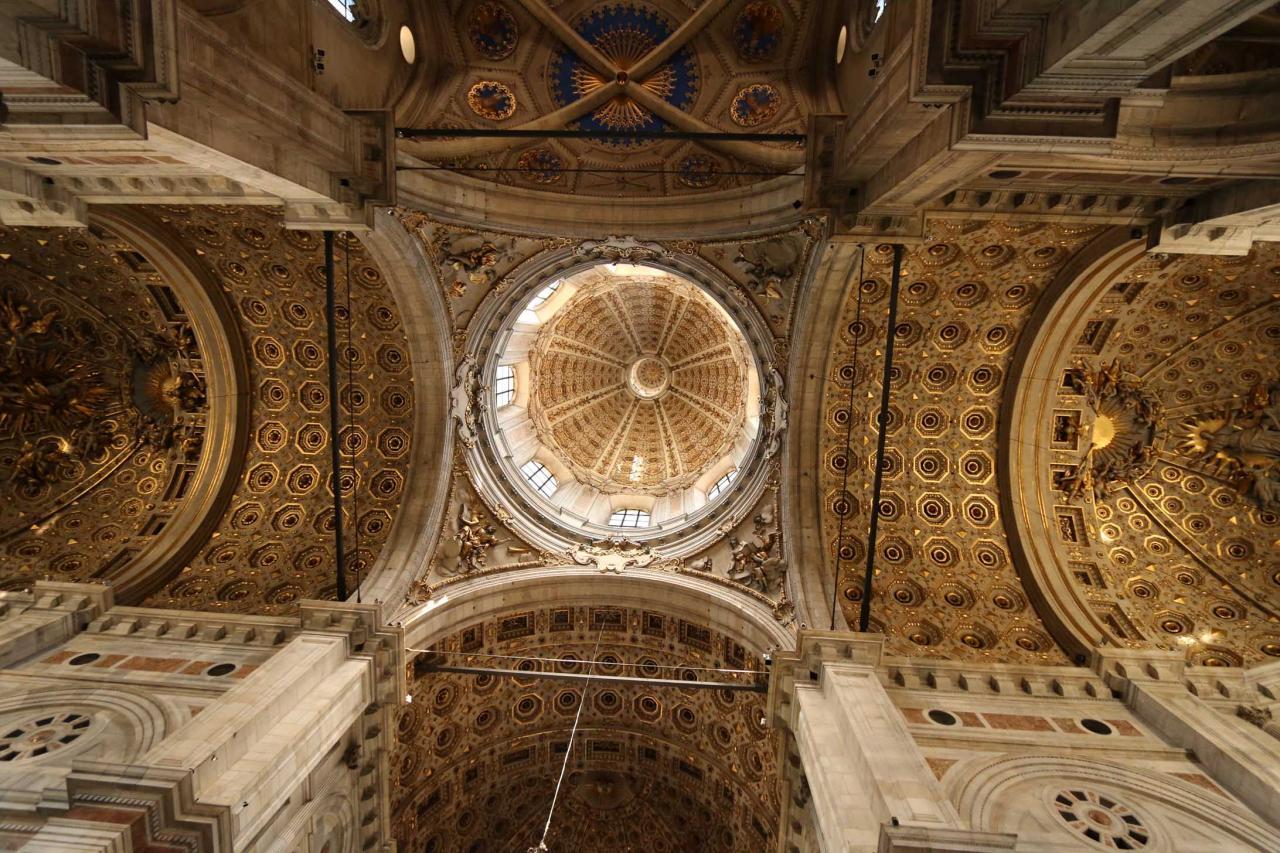 La coupole qui domine la croisée du transept est d'époque baroque