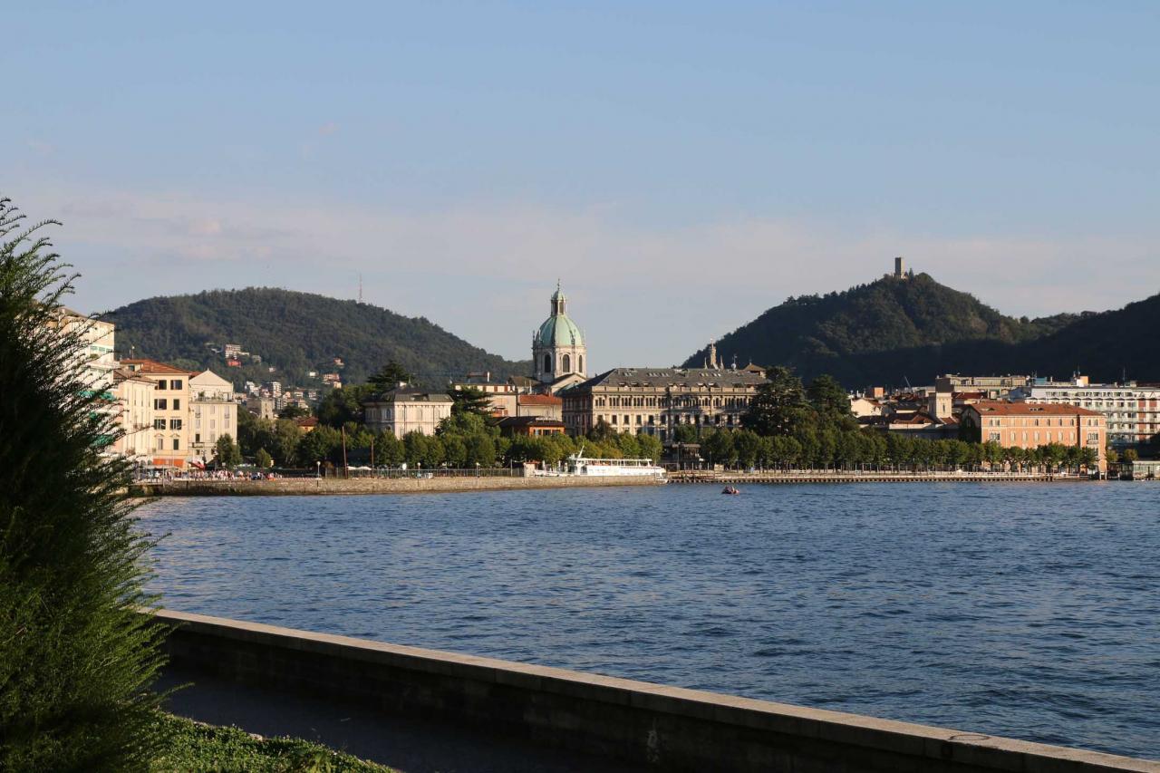 El Duomo dominant la ville et le port de plaisance sur le lac de Côme.