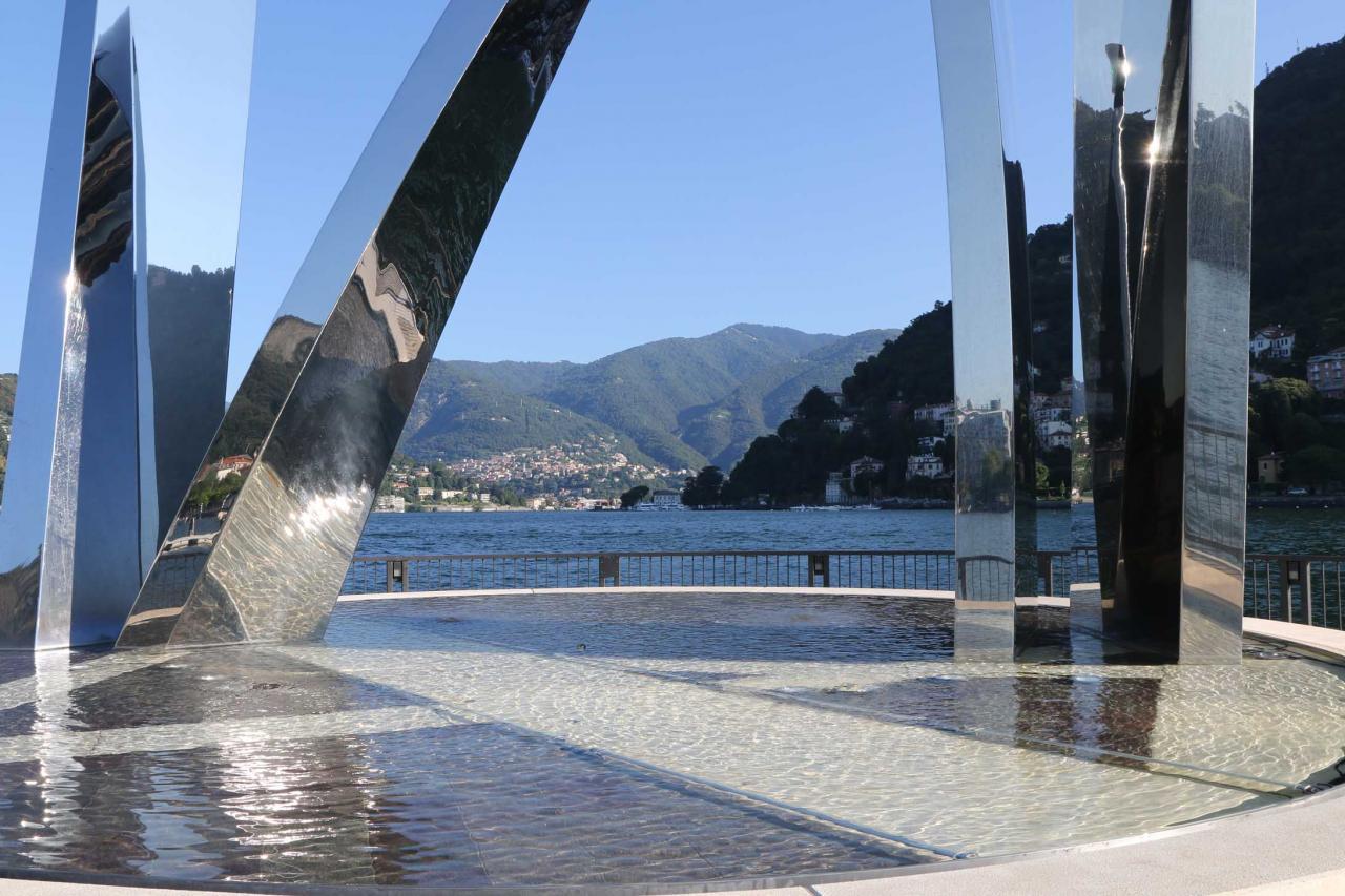 Monument moderne au bout de la digue