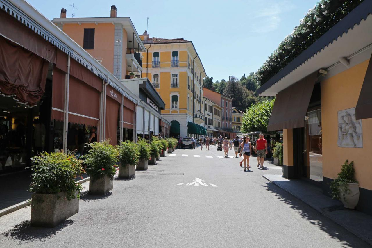 nombreuses ruelles et escaliers partent de la rue principale