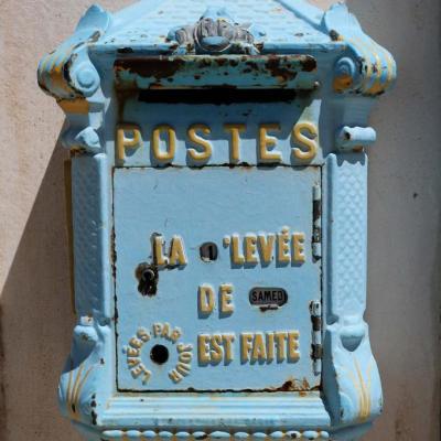 Bleu comme ... cette boîte aux lettres du Puy du Fou