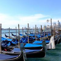 Bleu comme ... les gondoles de Venise devant la place San Marco