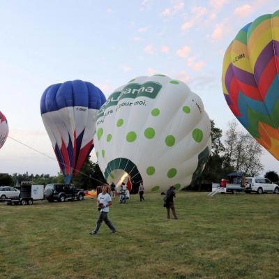 Préparation des ballons avant l'envol entre 5h30 et 6h du matin !!