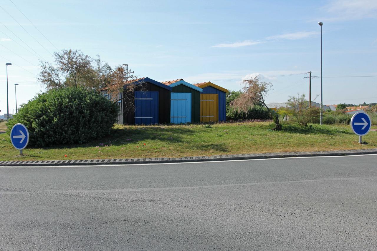 Bleu comme .... les cabanes ostréicoles sur un rond point de Marennes
