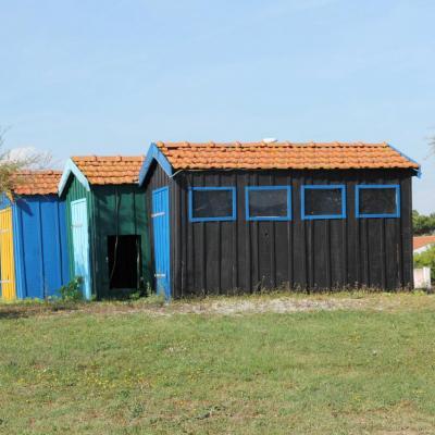 Bleu comme les cabanes ostréicoles sur un rond point de l'Ile d'Oléron