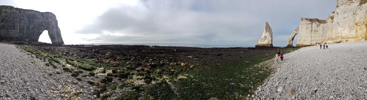 A marée basse malgré l'interdiction on peut ainsi accéder au pied des falaises