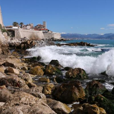 Les remparts et la mer bleu azur