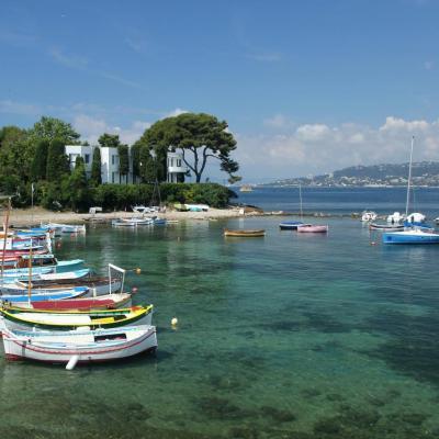 Au pied de la Villa Ajourd'hui du Cap d'Antibes, le port de l'Olivette