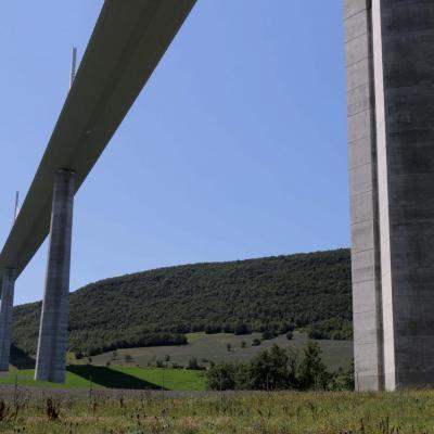 Un tablier, 7 pylônes d'acier et 85000 m3 de béton armé ...
