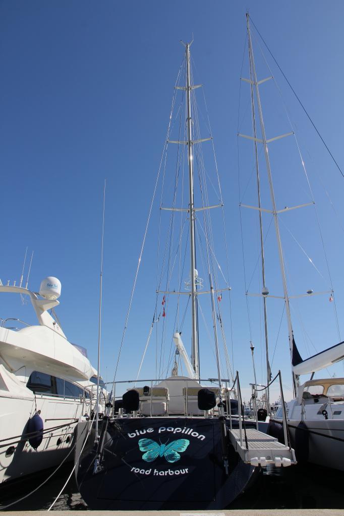Bleu comme ... ce bateau amarré à Port Vauban (Antibes)