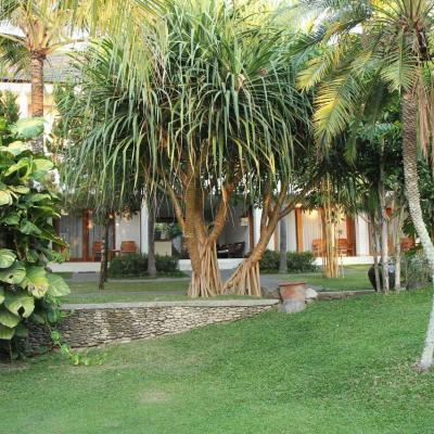 Les chambres tout confort donnent sur un jardin très luxuriant