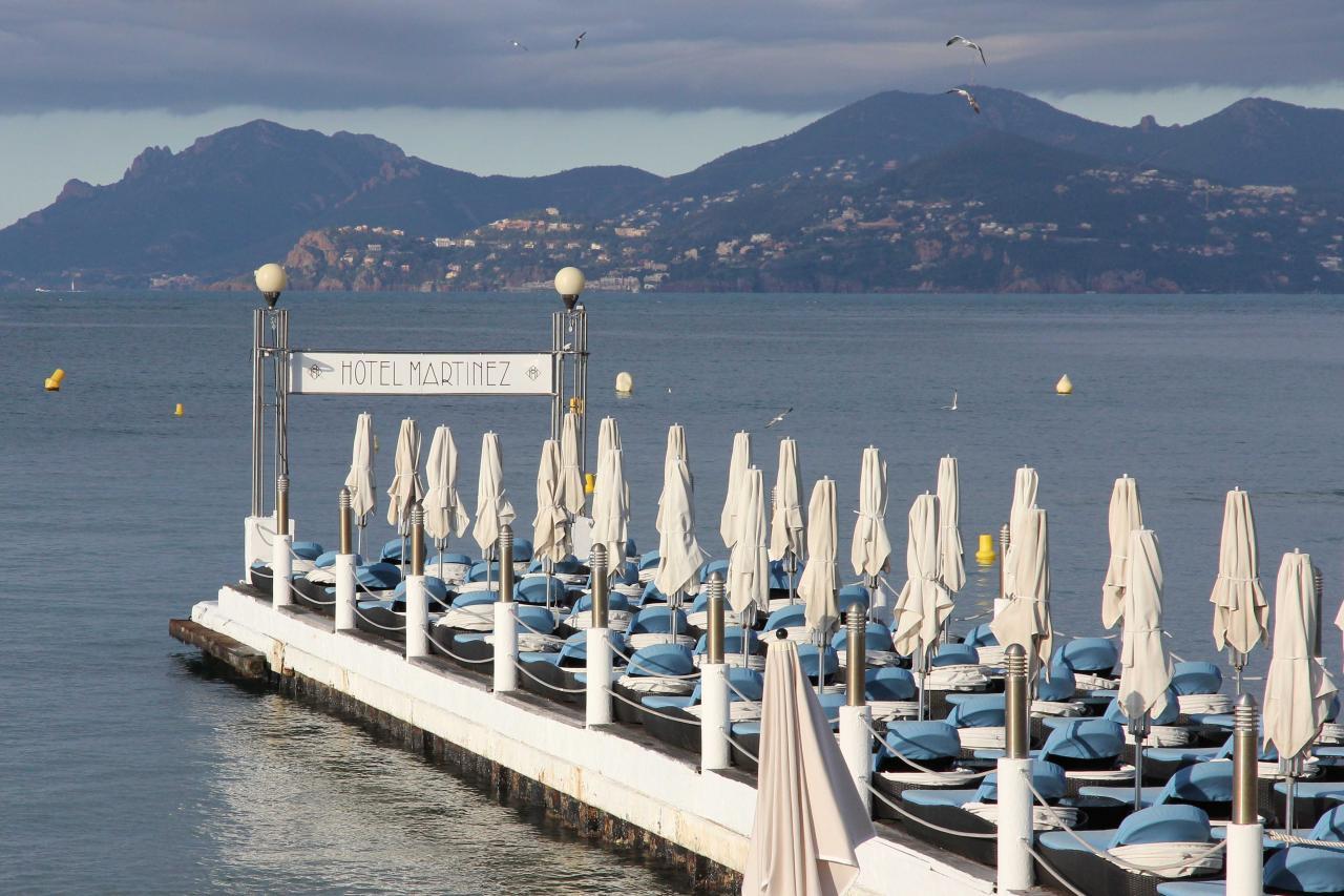 Bleu comme ... Le ponton du Martinez à Cannes