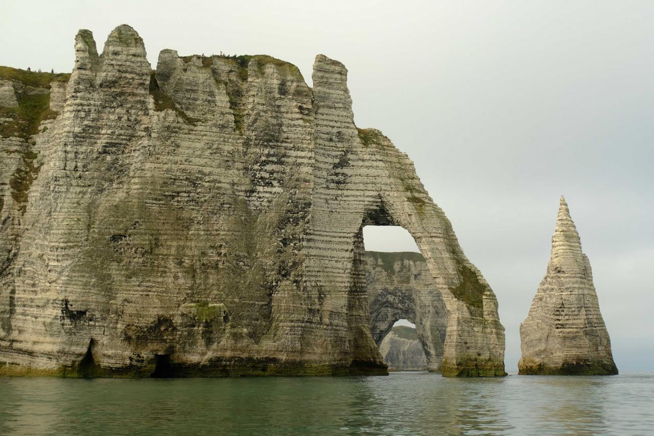 les deux arches et l'aiguille creuse vues du bâteau