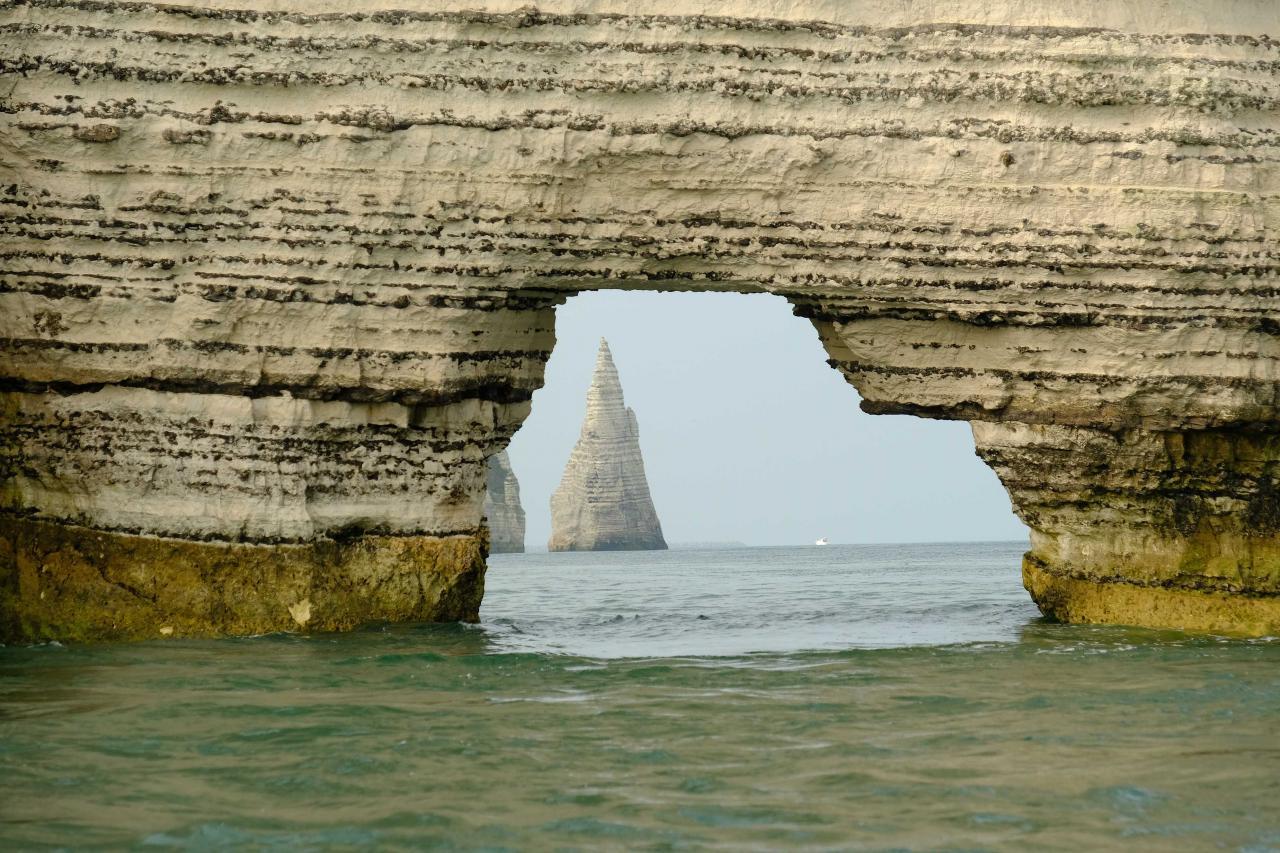 l'aiguille creuse sous l'arche de la falaise d'Amont