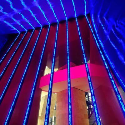 Bleu comme ... les neufs colonnes de diodes luminescentes de 12m de Guggenheim
