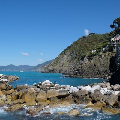 très vite on découvre les 5 villages pittoresques suspendus à la roche