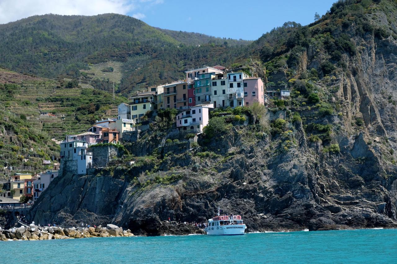Manarola entouré de roches et maisons colorées à  flanc de falaise !