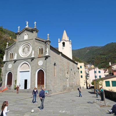 l' église, au sommet de la rue principale, Eglise  est du 16ème siècle