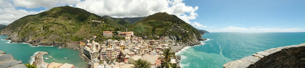 panorama à 360° sur la côte, le village et les vignes derrière Vernazza.