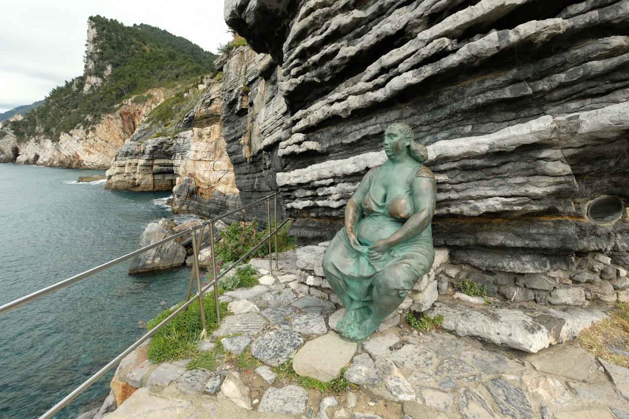 La statue de Mater Naturae, une femme généreuse qui regarde la mer