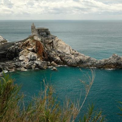 magnifique vue sur l'éperon rocheux et l'église de San Pietro