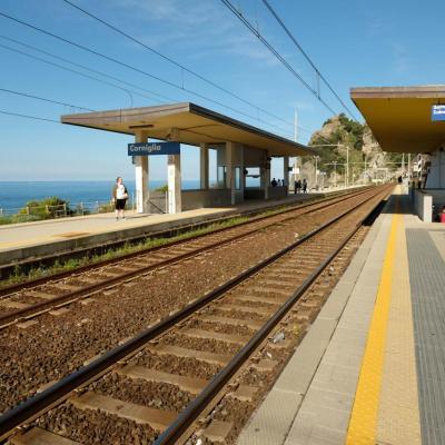 La gare de Corniglia se situe en contre-bas du hameau, sur le rivage