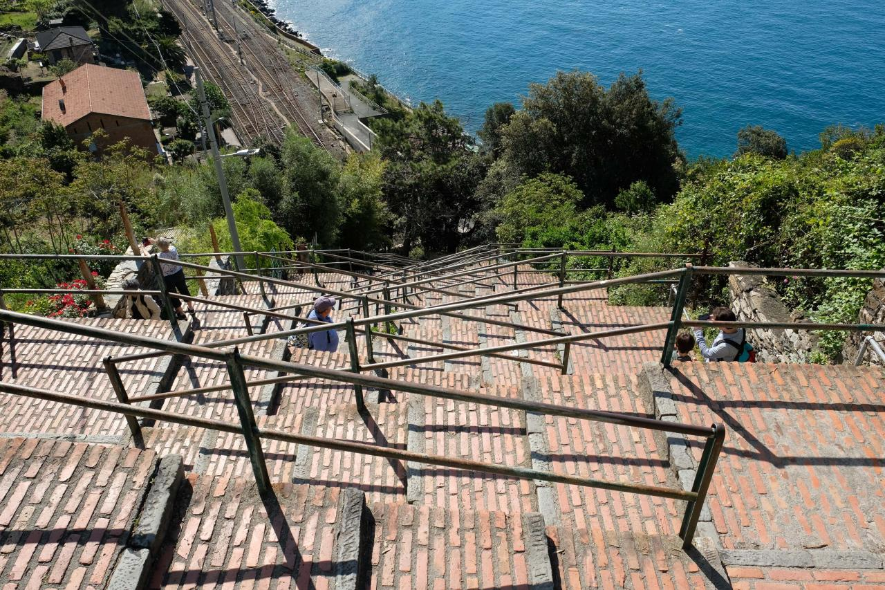 Voici la Lardarina, une longue  montée de 382 marches en brique