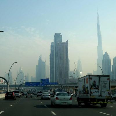et sur la voie rapide, apparaît la Burj Khalifa
