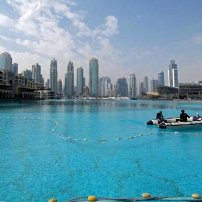 Le lac artificiel au pied de la Burj Khalifa d'où a lieu le spectacle des fontaines