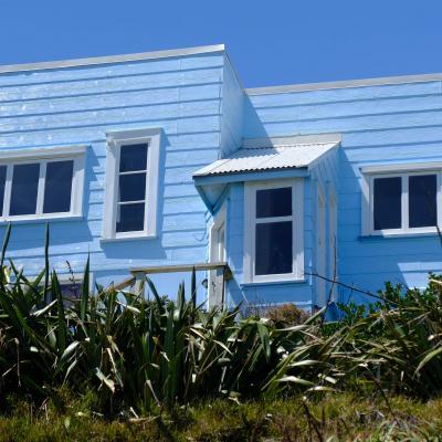 Bleu comme ... cette maison de Paekakariki (face à Kapiti island en N.Z)