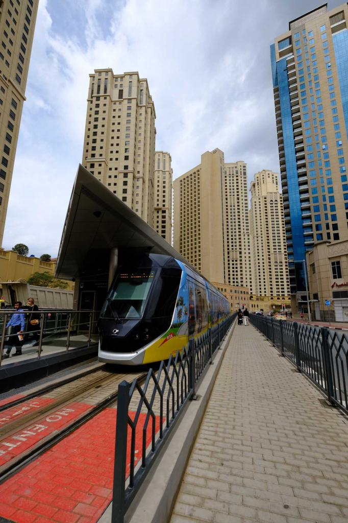 le tram à Jumeirah lake towers