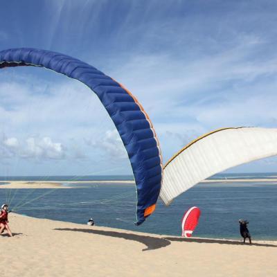 Bleu comme ...Les voiles d'un parapente sur la dune du Pilat