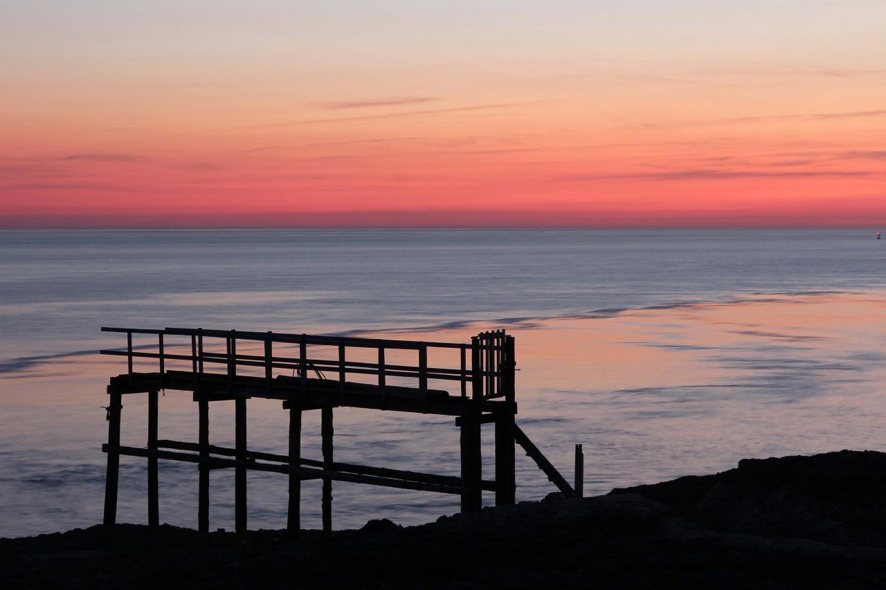 coucher de soleil sur les carrelets de la grande côte face à Cordouan