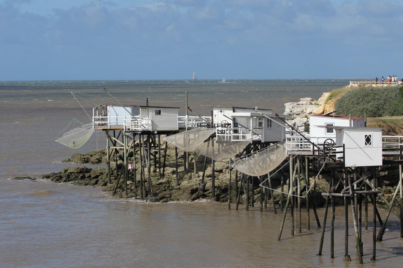Les carrelets sur la promenade du bord de mer et Cordouan au large