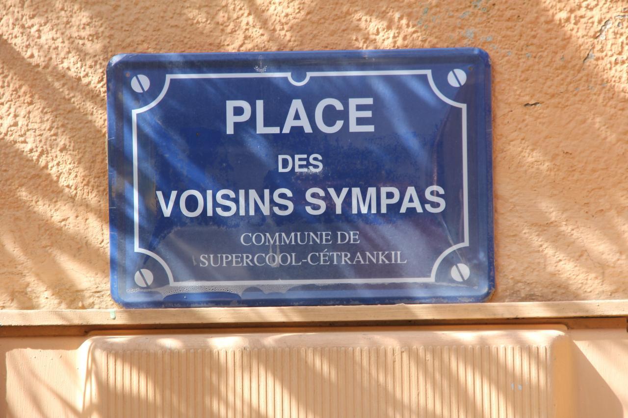bleu comme ... la plaque des Voisins Sympas à Falicon (Nice)