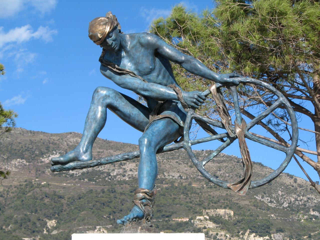 Bleu comme ... cette statue à Menton