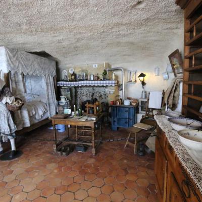 Aménagement reconstituant l'habitat troglodytique au cours des siècles