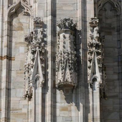2000 statues de marbre blanc ainsi que 136 flèches ornementales