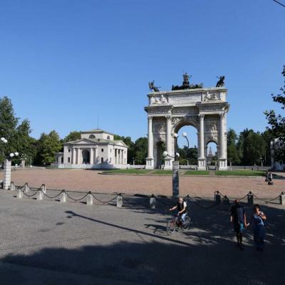 Il marque le début du Corso Sempione la route qui relie Milan à Paris
