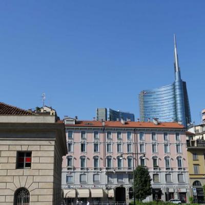 La tour Unicrédit, du haut de ses 231m se détache des vieux immeubles