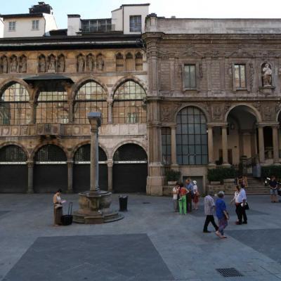 Piazza Mercanti est une place pittoresque tout près du Duomo