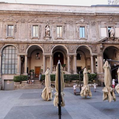 """place des marchands aujourd'hui elle abrite le """"Palais de la Raison"""""""
