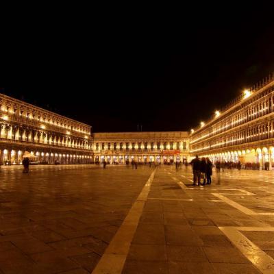 La place Saint-Marc au coeur de Venise.175 m de long sur 83 m de large